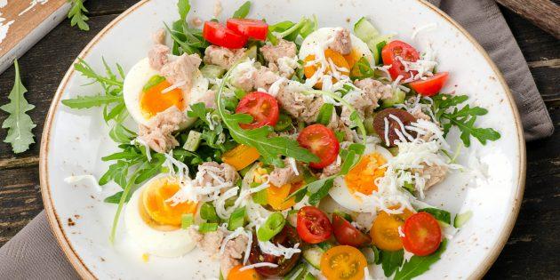 Салат из печени трески с помидорами и яйцами