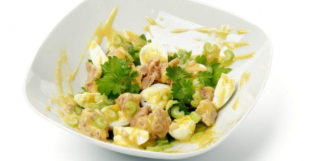 Салат из печени трески с перепелиными яйцами и сыром