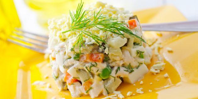 Салат из печени трески с сухариками и фисташками