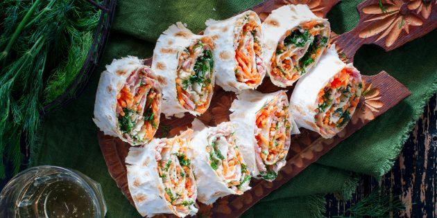 Рулетики из лаваша с корейской морковью, ветчиной и помидором: простой рецепт