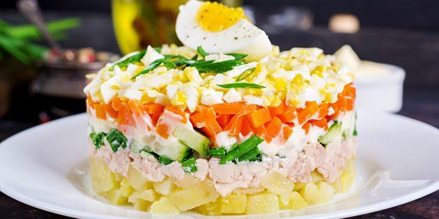 Салат из печени трески с картошкой, солёными огурцами и сметаной
