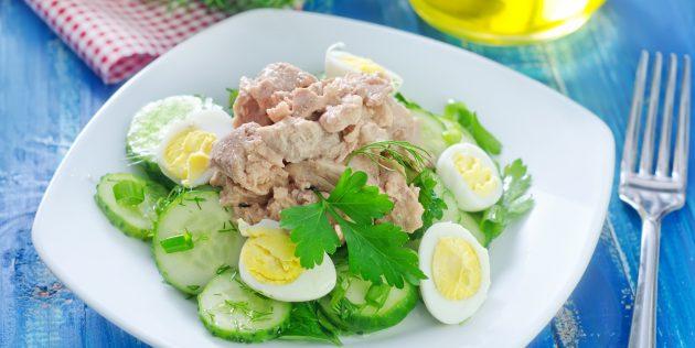 Салат из печени трески с огурцом и кунжутом