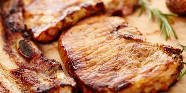 Как пожарить свинину на кости с солью и перцем