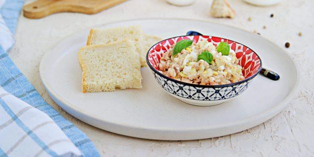 Салат из печени трески с рисом или цветной капустой и йогуртом