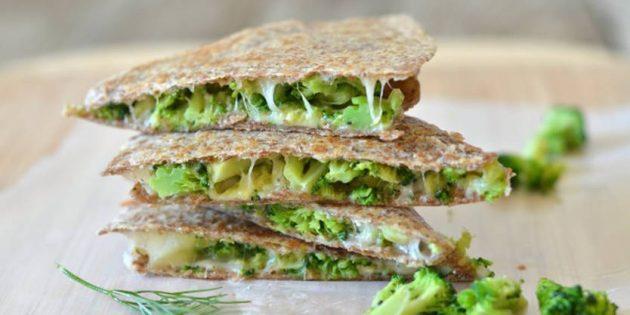 Кесадилья с брокколи, авокадо и сыром