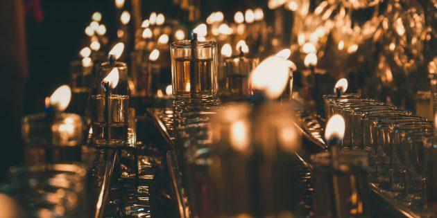 Диана Сеттерфилд: Вся компания сидела здесь ещё с вечерних сумерек, опустошая и повторно наполняя свои пивные бокалы