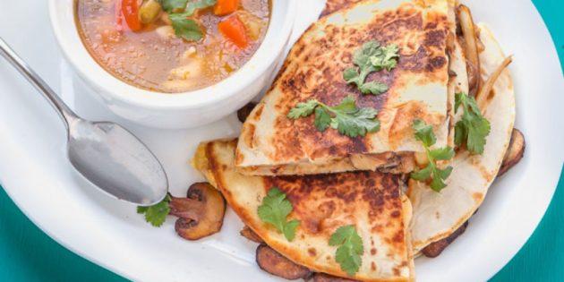 Кесадилья с грибами, помидорами и сыром