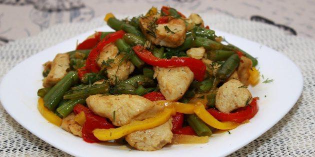Рецепты: Тёплый салат со стручковой фасолью, курицей и болгарским перцем