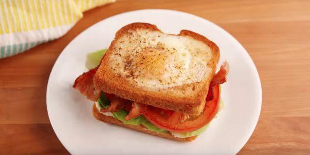 Рецепт сэндвича с яичницей в хлебе, беконом и помидором