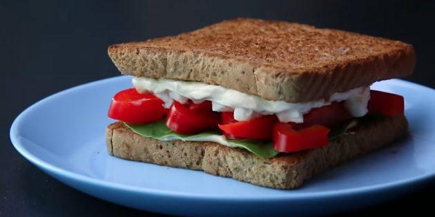 Рецепт сэндвича с хумусом, болгарским перцем, шпинатом и фетой