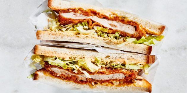 Рецепт сэндвича с пряной хрустящей курицей и огуречным соусом