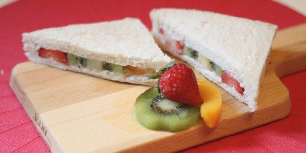 Рецепты: Сэндвич со взбитыми сливками, фруктами и ягодами