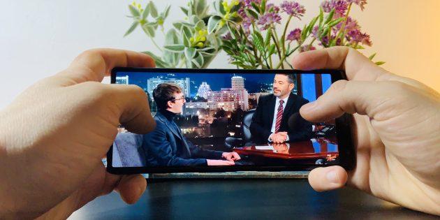Sony Xperia 10Plus: пользоваться гаджетом удобно, когда он лежит в руках горизонтально