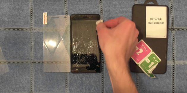 Прежде чем наклеить защитное стекло, обезжирьте поверхность экрана