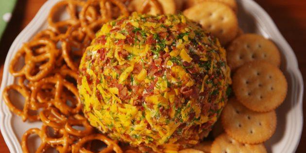 Сырный шар с беконом и маринованными огурцами