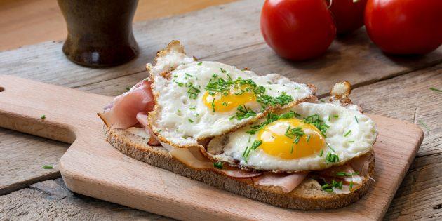Бутерброд с яичницей и беконом