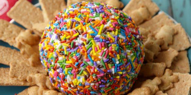 Сладкий сырный шар с цветной посыпкой
