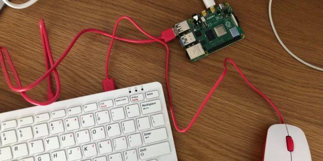 Одноплатный компьютер Raspberry Pi 4 рядом с клавиатурой и мышью