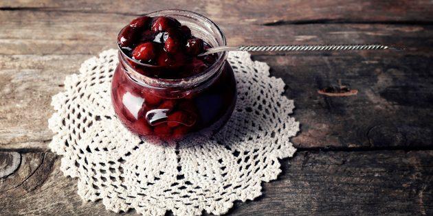 Варенье из черешни с косточками, яблочным соком и корицей