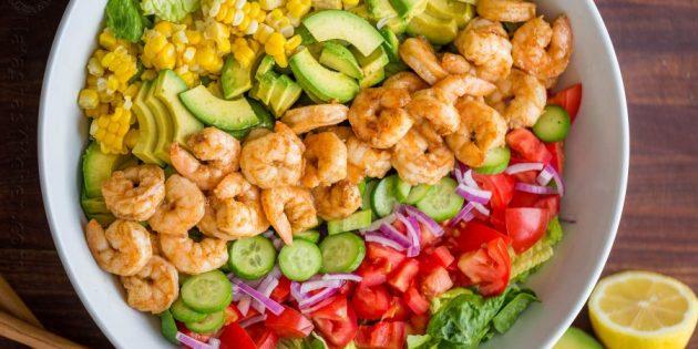 Как приготовить креветки: Салат с креветками, кукурузой и авокадо