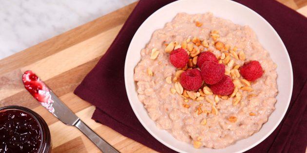 Быстрый завтрак: овсяная каша с арахисовой пастой и малиновым вареньем