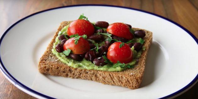 Быстрый завтрак: бутерброд с авокадо, фасолью и помидором