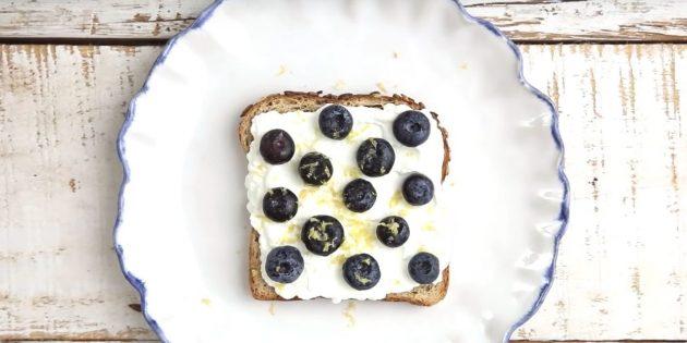 Быстрый завтрак: бутерброд с рикоттой и ягодами