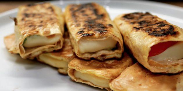 Быстрый завтрак: рулетики из лаваша с сыром