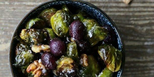 Овощи в духовке: брюссельская капуста с виноградом и грецкими орехами