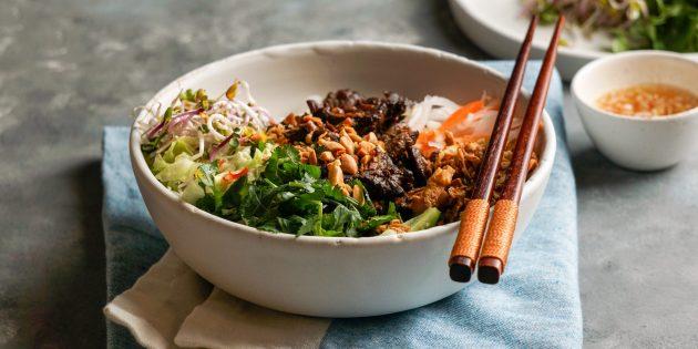 Рецепт салата с говядиной, рисовой лапшой и кешью