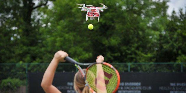 Дрон помогает теннисистам