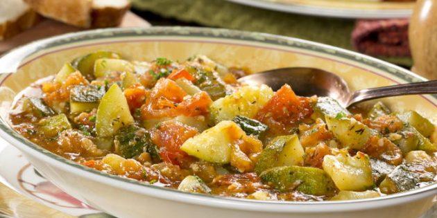 Жареные кабачки с помидорами и перцем в сметанном соусе