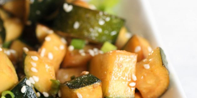 Жареные кабачки с кунжутом, терияки и соевым соусом