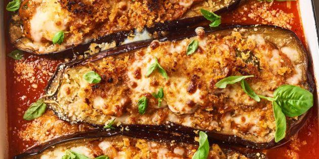 Фаршированные баклажаны с сыром, базиликом и томатным соусом