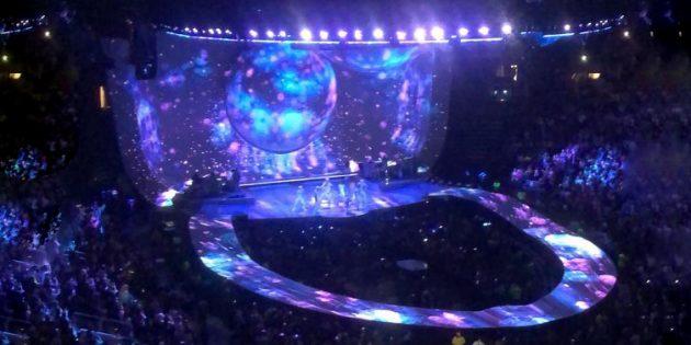Неудачный дизайн: сцена на концерте Арианы Гранде напоминает унитаз