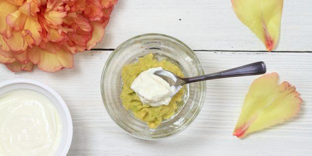Маска для лица на основе авокадо, йогурта и оливкового масла