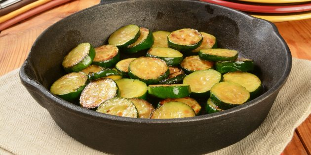 Жареные кабачки с луком, тимьяном и сыром