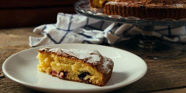 Пирог с чёрной смородиной на кефире