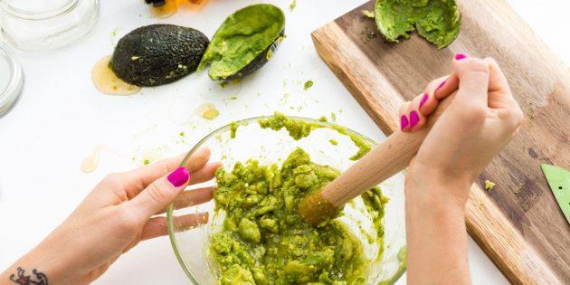 Маска для лица на основе авокадо и мёда