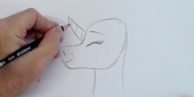 Изобразите глаз, нос и рот, а также рог и шею