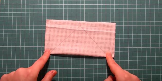С изнанки квадрата отметьте припуски на швы