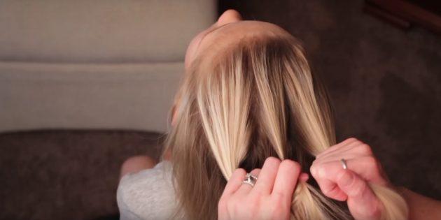Отделите вверху толстую часть волос и разделите её на три одинаковые