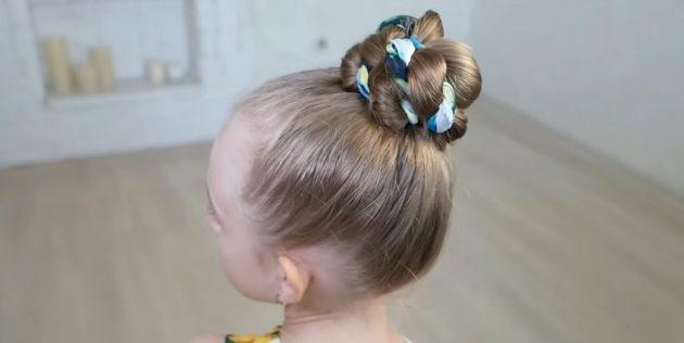 Причёски для девочек: высокий перекрученный пучок с платком