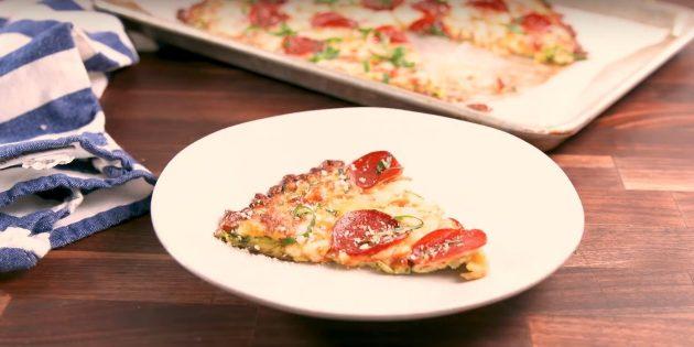 Пицца из кабачков с томатным соусом, сыром и колбасой в духовке