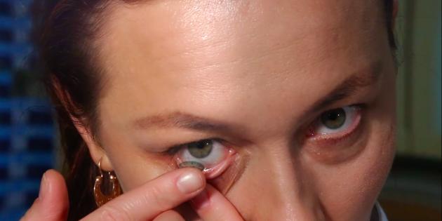 Как надевать линзы: указательным пальцем одной руки: слегка оттяните нижнее веко