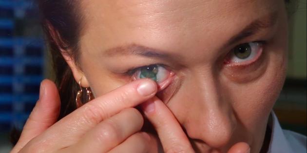 Как надевать линзы: аккуратно приложите линзу указательным пальцем другой руки к глазному яблоку