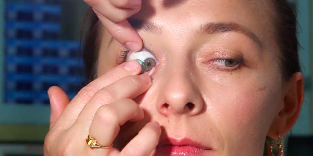 Как надевать линзы: аккуратно приложите линзу к глазу