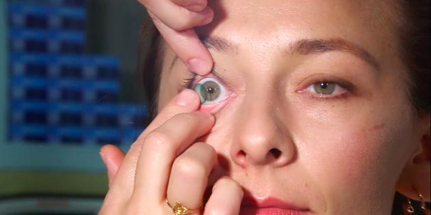 Как снять линзы: потяните линзу к внешнему уголку глаза