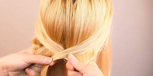Захватите прядку с другой стороны и соедините её с противоположной частью. Затяните волосы