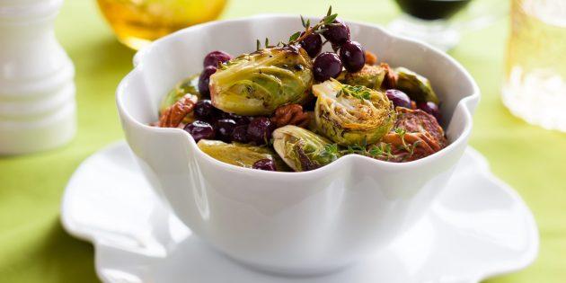Запечённые овощи в духовке: брюссельская капуста с виноградом и грецкими орехами